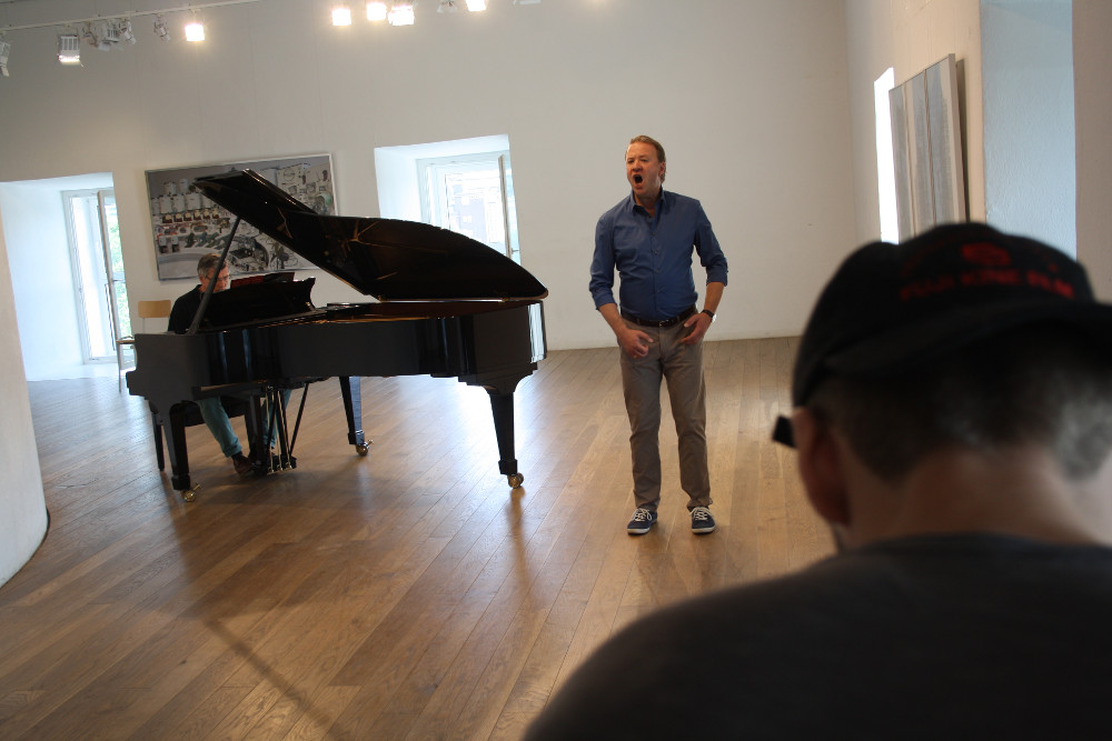 Steffen Wolf singing